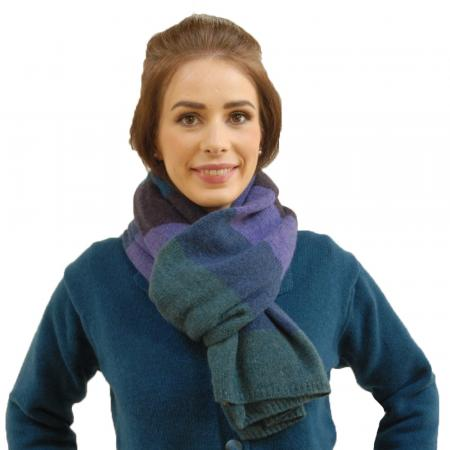 bold knitted scarf model